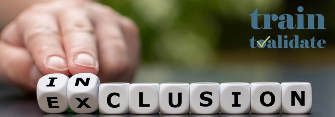 dados con letras que forman la palabra Exclusión donde los dos primeros están girando y también se puede leer inclusion. Logo de Train2Validate